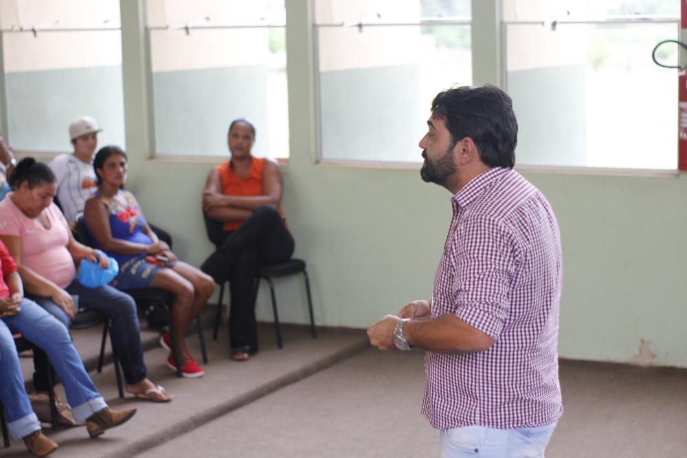 Prefeito Marcos Estevam durante recente encontro com os beneficiados do programa - Foto: Prefeitura de Delta